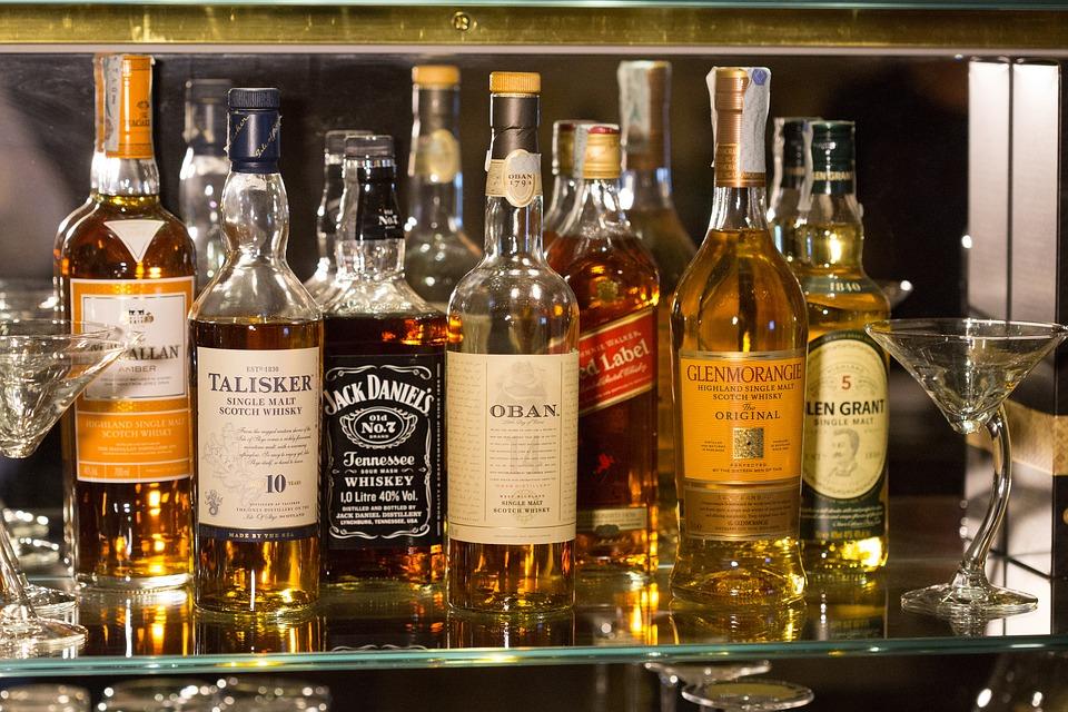 ¿Cuál es la diferencia entre ginebra y whisky?